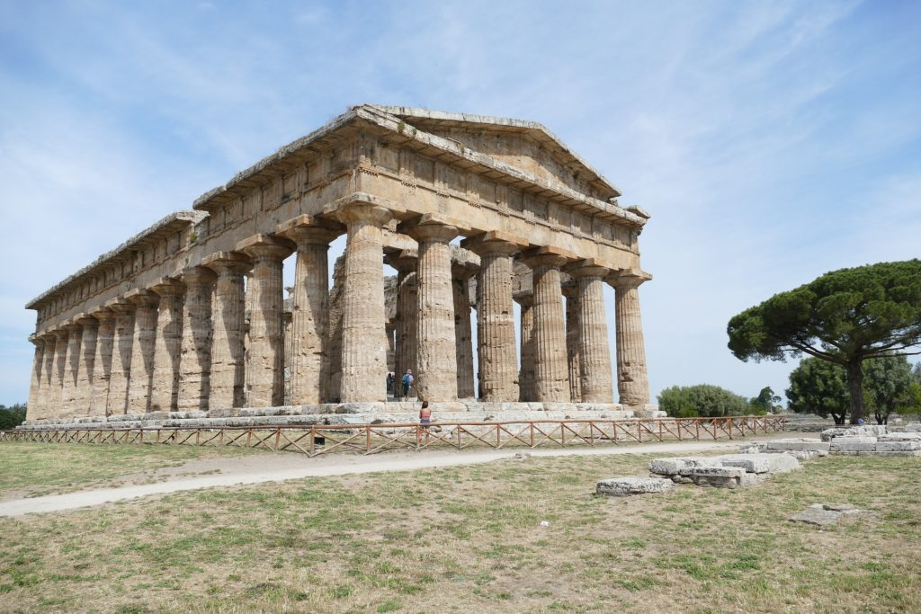 Cilento - Paestum - un tempio greco sulla sommità di una collina, completo di colonne e frontone