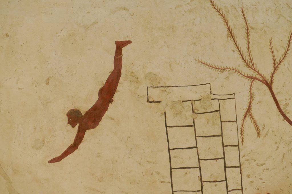lastra che raffigura un uomo nudo all'atto di tuffarsi da una roccia, prelevato dalle pareti intonacate e decorate ad affresco di un'antica tomba greca.