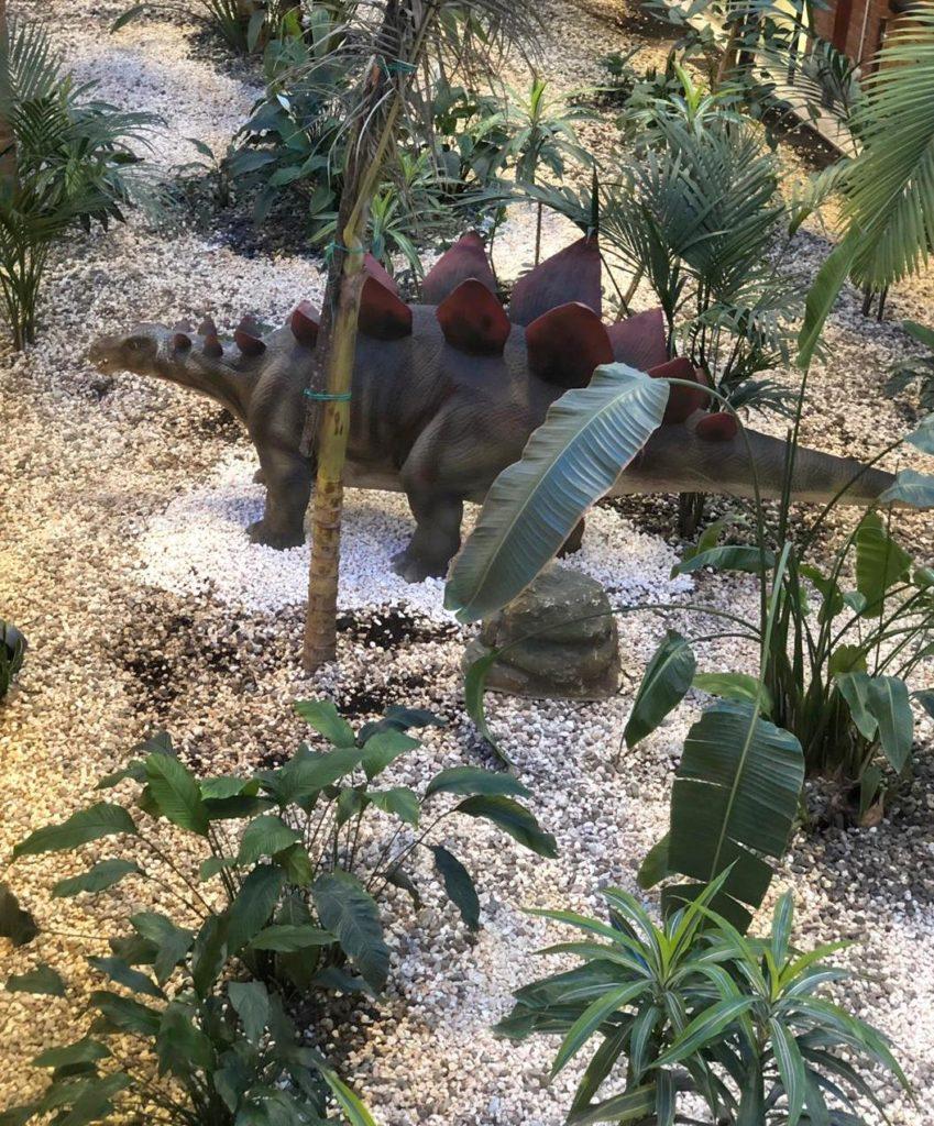 Unoo stegosauro con una lunga coda, una testa piccola e il dorso tutto dentato