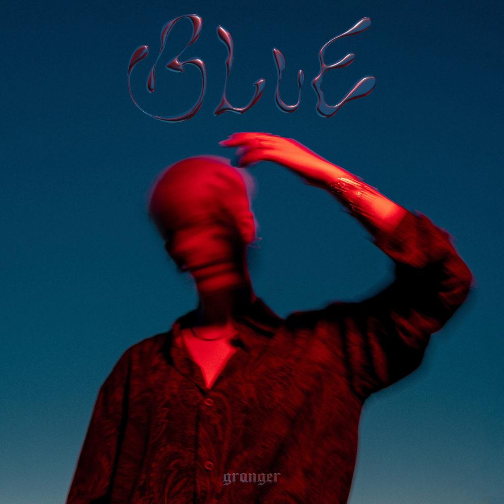 granger - la copertina di blue, che ritrae, su sfondo blu, la cantante, col viso sfocato, che si copre la faccia con il braccio sinistro