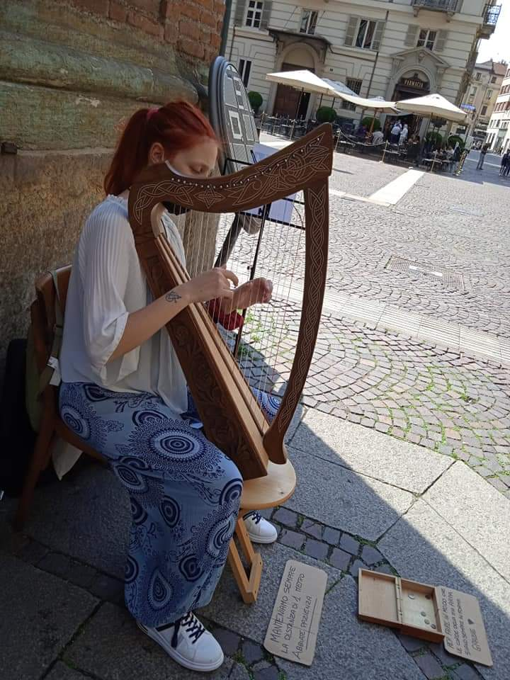 Arte in piazza a Giaveno, un angolo di Medioevo nel segno di Dante. Martina Merlo Celtic Harp Medieval Zither