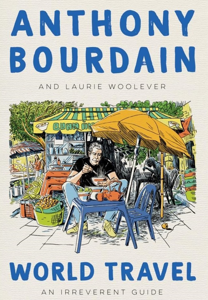 Anthony Bourdain - la copertina del libro  che lo ritrae disegnato a fumetti seduto al tavolino di un ristorante all'aperto, con delle sedie azzurre,un ombrellone arancione e dietro di lui un chiosco con le tende a strisce verdi e gialle