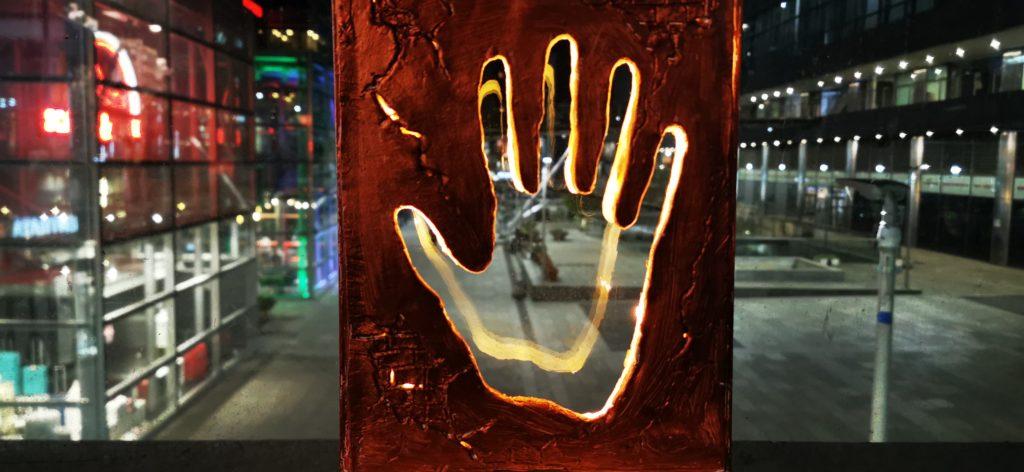 Artemixia: una mano d'acciaio di tre metri contro la violenza.