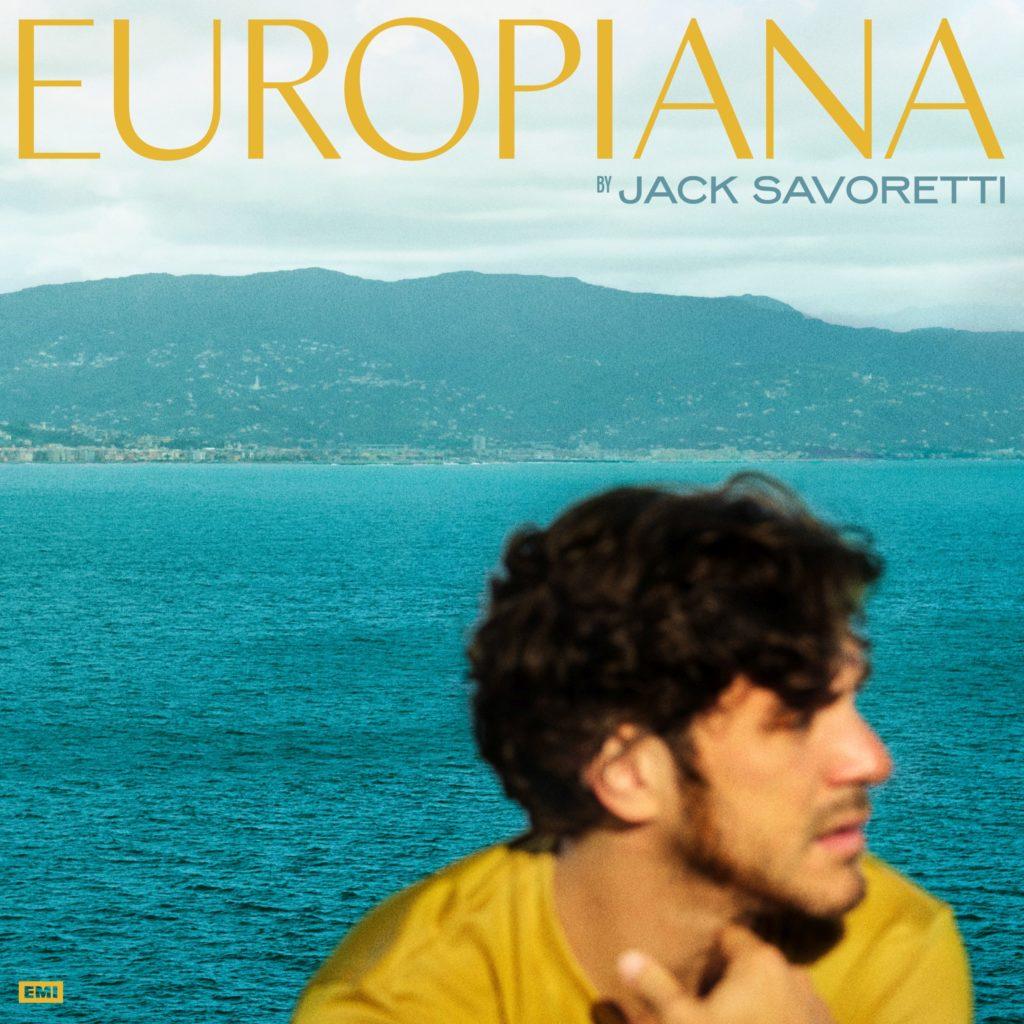 Jack Savoretti in foto di profilo, sfocato, ha una maglia gialla, in primo piano all'angolo, dietro il mare, il titolo Europiana in alto