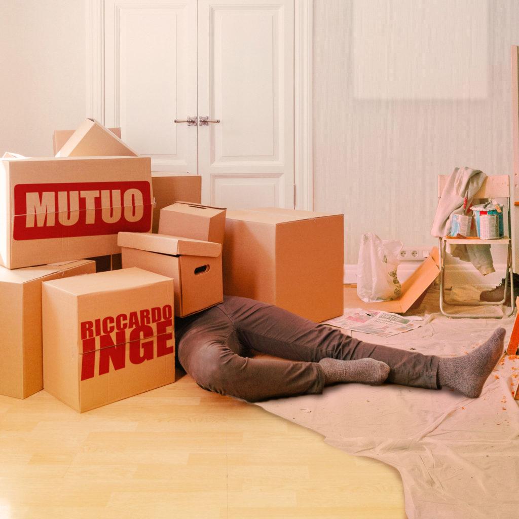 mutuo - la copertina del singolo che vede il cantautore milanese coperto da scatoloni