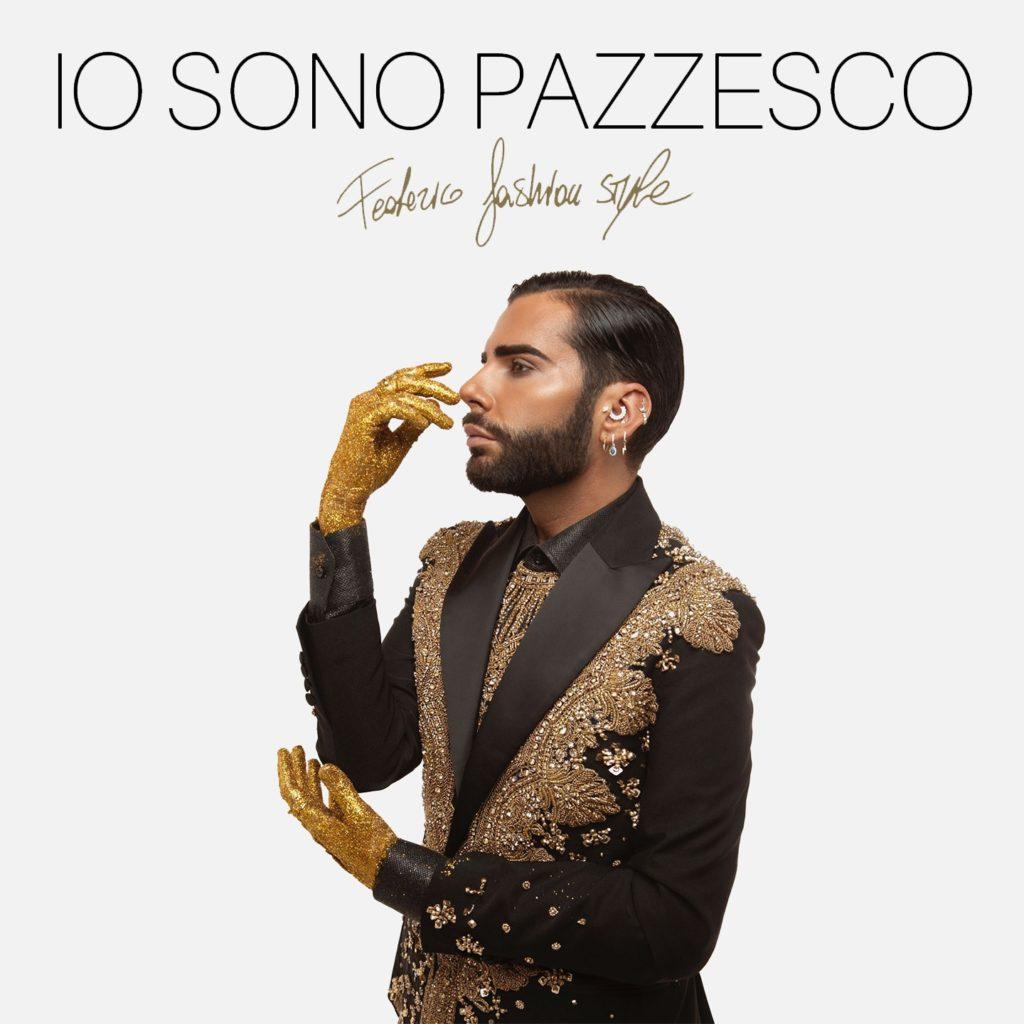 federico fashion style nella copertina del singolo, indossa una giacca sfavillante marrone, con le maniche nere
