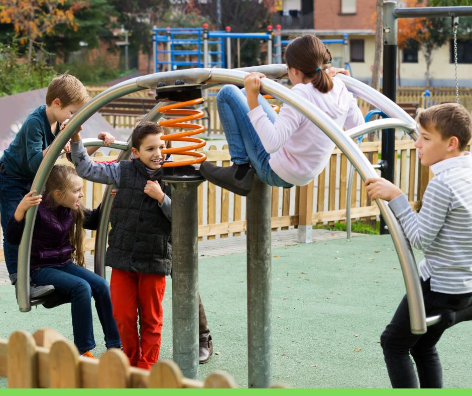 Traumi dentali come comportarsi bambini che giocano in un parco