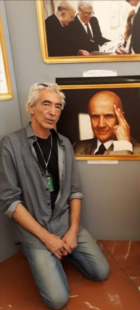 Mauro Maneglia durante la mostra su Rol e poi custode successivamente su Lorenzo Alessandri. Inginocchiato vicino a un ritratto