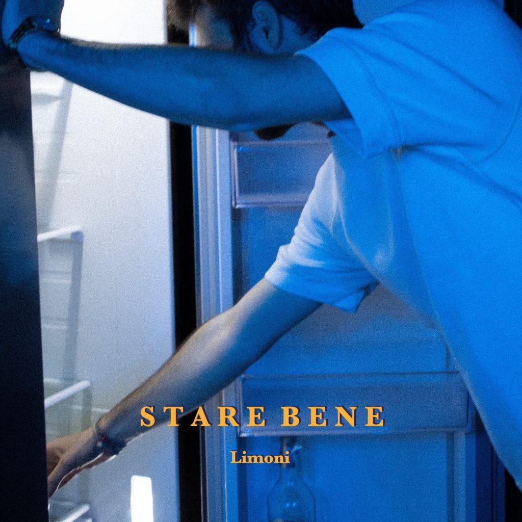 limoni - la copertina di stare bene, che inquadra il cantautore in canottiera bianca, che guarda dentro un frigorifero vuoto