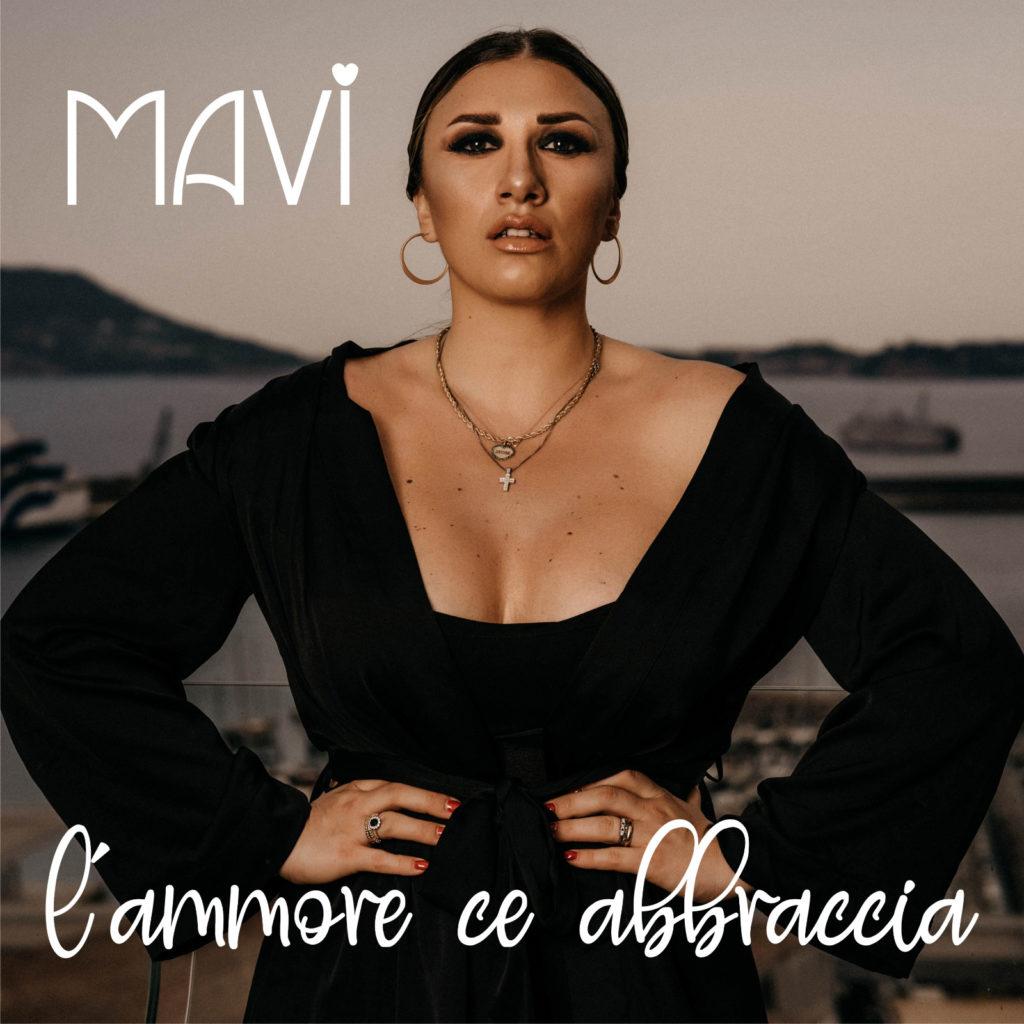 mavi - l'ammore ce abbraccia la copertina del singolo che ritrae la cantante vsestita di nero, con le mani sui fianchi
