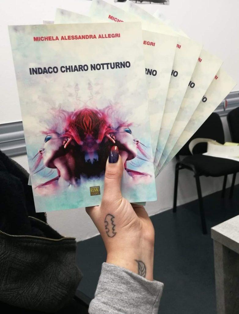 copie del libro Indaco Chiaro notturno, tenute in mano dalla stessa autrice