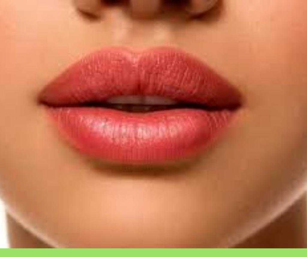 Parodontite o piorrea le correlazioni con l'Alzheimer. Bocca di donna.