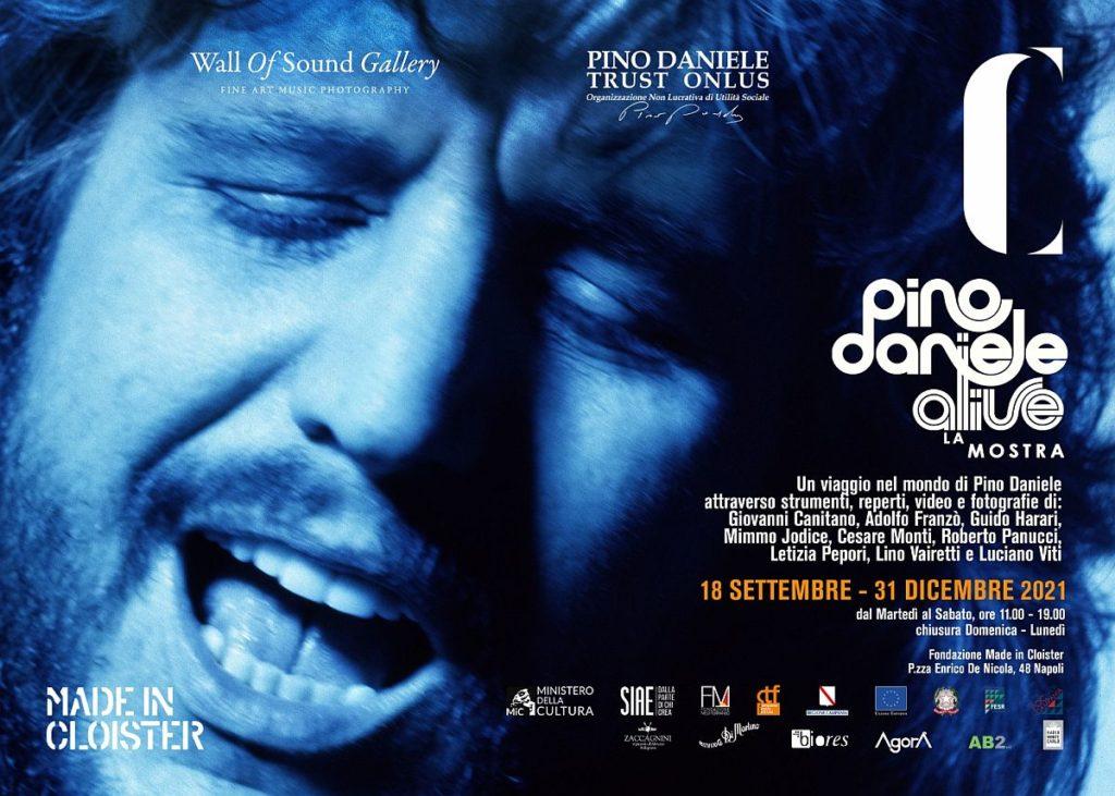 Pino Daniele Alive - la locandina con un primo piano del volto di Pino con cchi chiusi , bocca aperta. La foto è in blu con scritte bianche