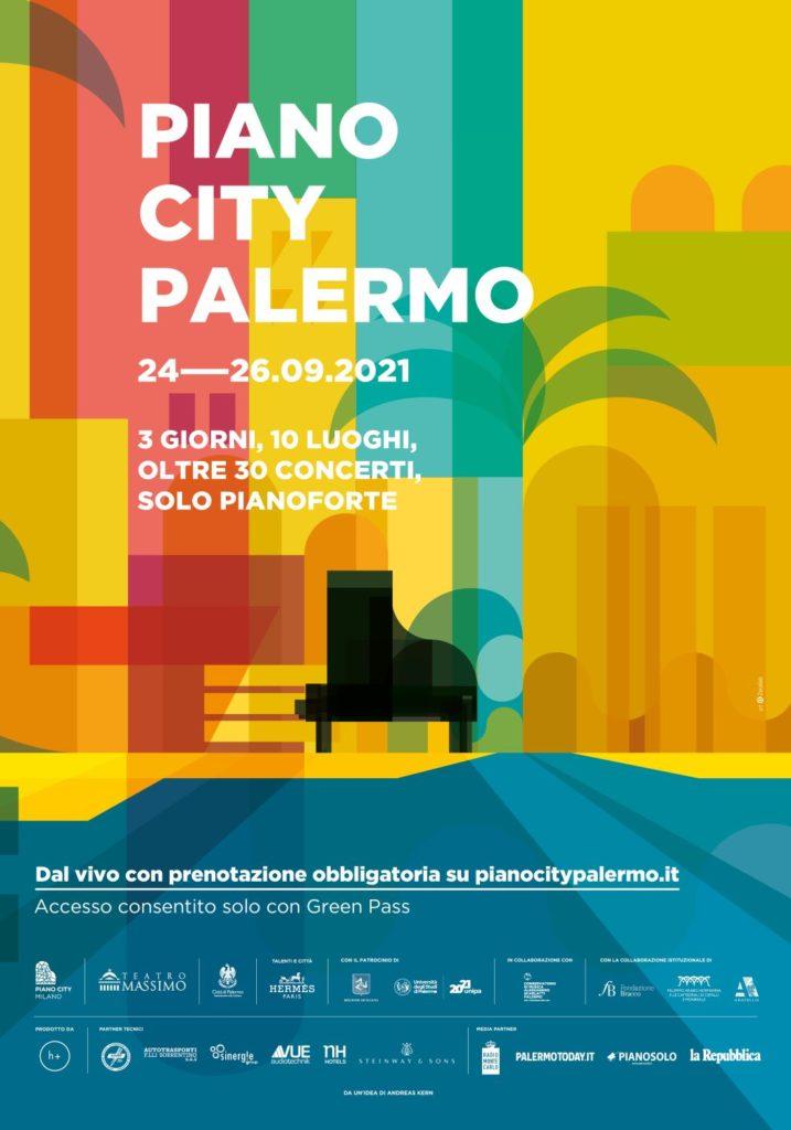 Piano City Palermo, la locnadina con quadrati gialli rossi e arancioni e un pianoforte nero, tra i colori che si incontrano di forma il verde che da la forma a una palma