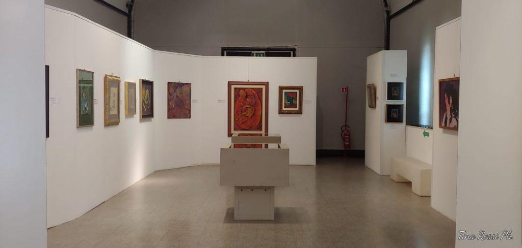 una sala della mostra con tanti quadri appesi